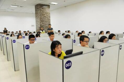 3广西保险行业协会副会长兼秘书长徐海在考场巡考.jpg