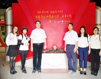 南宁保险行业协会党支部党员在革命陈列馆合影.jpg