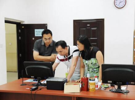 2广西保险行业协会副会长兼秘书长徐海(左一)查看考试系统.jpg