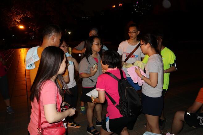 为参加活动的户外兴趣小组成员们发放了荧光棒.jpg
